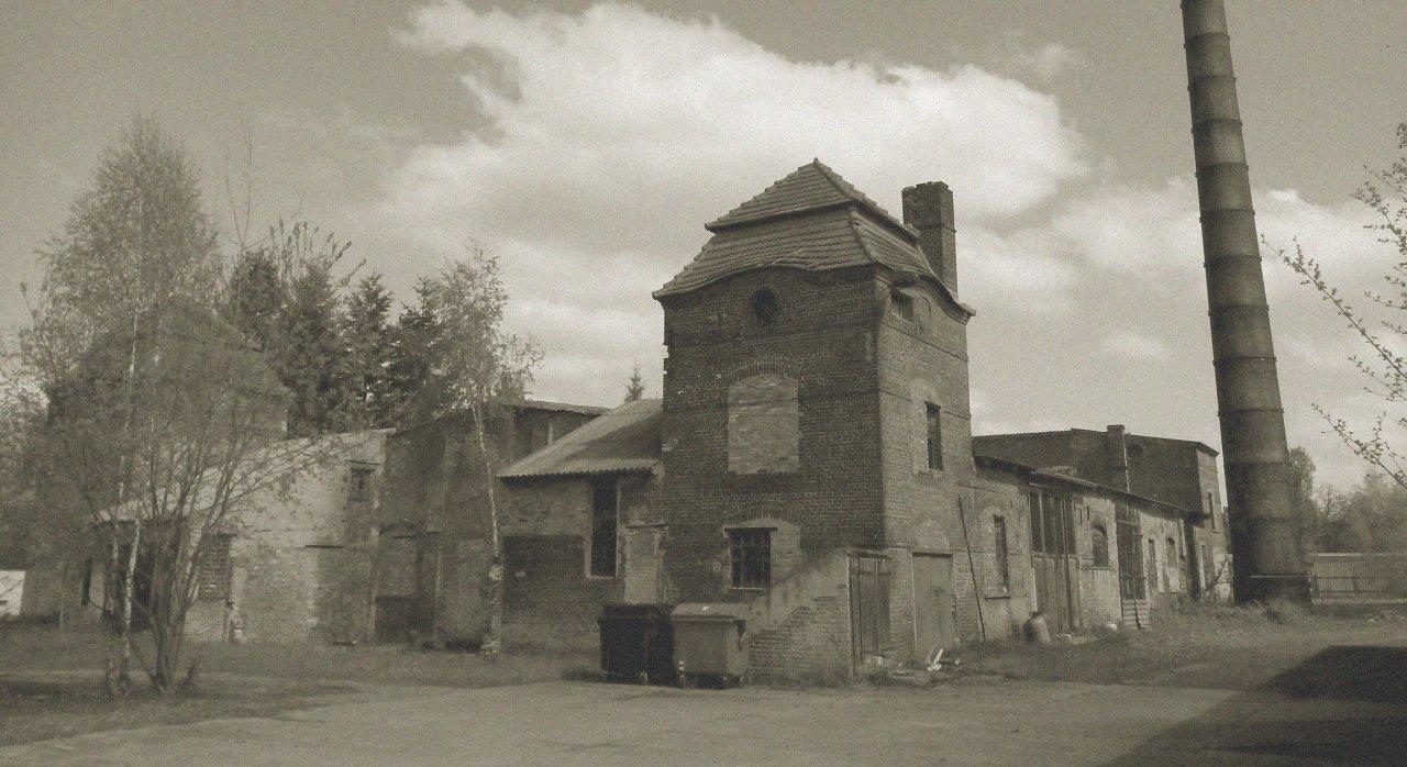 Altes Schwar Weiß Foto von einem Gelände mit Gebäuden