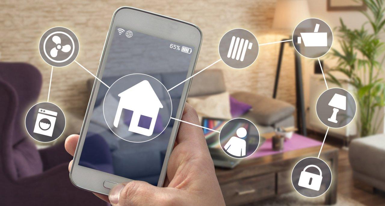Bild zeigt ein Handy und die verschiedenen Apps zur Home Automation